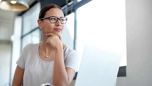 businesswoman-glasses-laptop-500x282